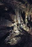 与钟乳石和石笋的石灰岩地区常见的地形洞在Luray洞穴 Luray,弗吉尼亚 免版税库存图片