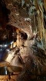 与钟乳石的管风琴和内在水湖的Su Mannau洞 库存图片