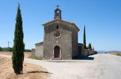 与钟楼和登上的耶稣受难象的被隔绝的小天主教在东南法国的Drome地区 图库摄影