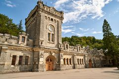 与钟楼的中世纪城堡 免版税图库摄影