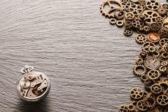 与钟表机构的各种各样的金属钝齿轮美国硬币 库存照片