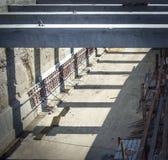 与钢杆的水泥建筑的 免版税图库摄影