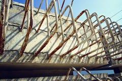 与钢杆的水泥建筑的 库存照片