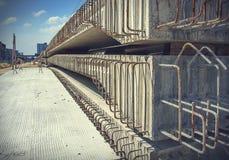 与钢杆的水泥建筑的 免版税库存照片