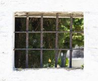 与钢棍的窗口在白色墙壁上 免版税库存照片