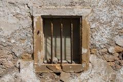 与钢棍的老窗口 免版税库存照片