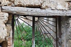 与钢棍的老窗口 库存照片