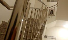 与钢楼梯栏杆的不锈钢扶手栏杆在从midlanding的平板的高层商业大厦 库存照片