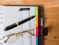与钢笔的笔记本纸 免版税图库摄影