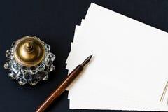 与钢笔,墨水池,纸的背景 库存图片