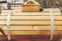 与钢箍的新的木桶水的 库存照片