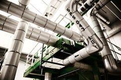 与钢管道和缆绳的工业天然气加工厂内部 图库摄影