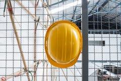 与钢绳滤网的黄色安全工程师盔甲 免版税库存图片