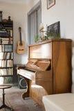 与钢琴和吉他的葡萄酒内部 库存照片