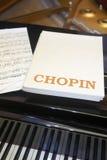 与钢琴和背景的肖邦古典乐谱 库存照片