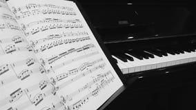 与钢琴钥匙的音乐笔记在背景 免版税库存照片