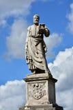 与钥匙、书和罗马教皇的徽章的圣伯多禄雕象从Sant'Angelo桥梁的 图库摄影