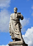 与钥匙和书的圣伯多禄雕象 库存照片