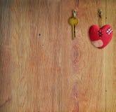 与钥匙和心脏的构成 免版税库存照片