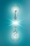 与钥匙和的想法概念美元的符号在蓝色背景的双电灯泡 库存照片