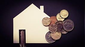 与钥匙和硬币的房屋贷款或购买例证 库存图片