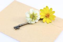 与钥匙和花的信封 免版税库存照片