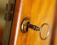 与钥匙的古色古香的门 库存照片