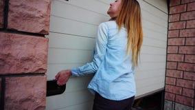 与钥匙的年轻女性开头车库门 股票视频