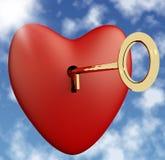 与钥匙的心脏和显示爱拉丁文和Valen的天空背景 库存图片