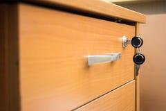 与钥匙的抽屉在锁 免版税库存照片