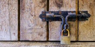 与钥匙的木锁着的门 库存图片