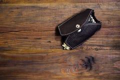 与钥匙的皮革匙袋在木背景 可能 Keychain 以背心的形式匙袋 免版税图库摄影