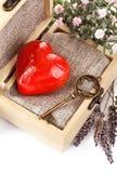 与钥匙的红色心脏在减速火箭的箱子 免版税库存照片