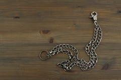 与钥匙的老银色钥匙链 免版税库存照片