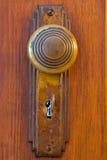与钥匙的老门把手 库存照片