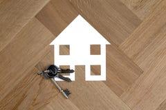与钥匙的议院标志在木地板上 免版税库存照片