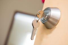 与钥匙的钢门把手 库存图片