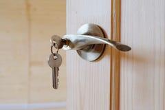 与钥匙的门把手 免版税库存图片