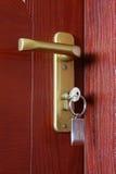与钥匙的门 免版税库存图片