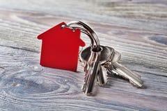 与钥匙,与房子标志的红色keychain的庄园概念 免版税库存图片