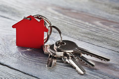 与钥匙,与房子标志的红色keychain的庄园概念 免版税图库摄影