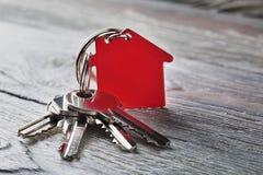 与钥匙,与房子标志的红色keychain的庄园概念 免版税库存照片