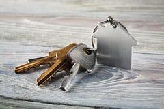 与钥匙,与房子标志的keychain的庄园概念 免版税库存图片