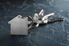 与钥匙,与房子标志,石背景的keychain的庄园概念 免版税图库摄影