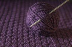 与钩针编织的毛线球 库存照片