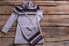 与钱包的温暖的灰色长袍 免版税库存图片
