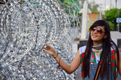 与铁丝网的泰国妇女画象防御的 库存照片