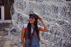 与铁丝网的泰国妇女画象防御的 库存图片