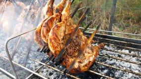 与铁准备的烤鸡在铁格栅烟很多,食物在泰国 免版税库存图片
