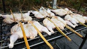与铁准备的烤鸡在铁格栅烟很多,食物在泰国 图库摄影